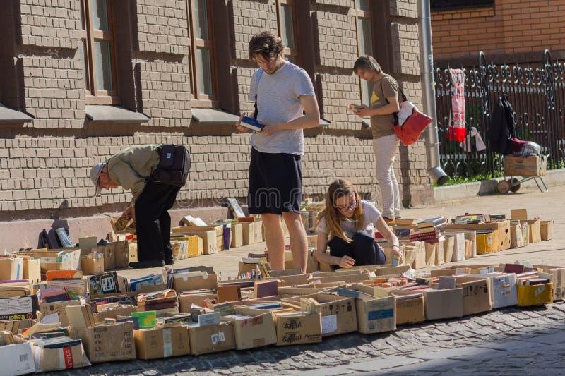 Киев, Украина - 19-ое мая 2019: Люди покупают старые книги на блошином рынке на Andreevsky Spusk стоковое изображение rf