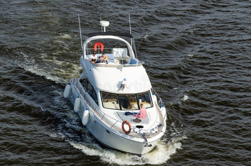 Киев, Украина - 18-ое мая 2019 Сильное плавание моторной лодки скорости рекой Dnipro стоковое изображение