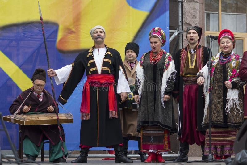 Киев, Украина - 14-ое октября 2017: Ансамбль фольклора в фольклорных одеждах выполняя на концерте стоковое фото