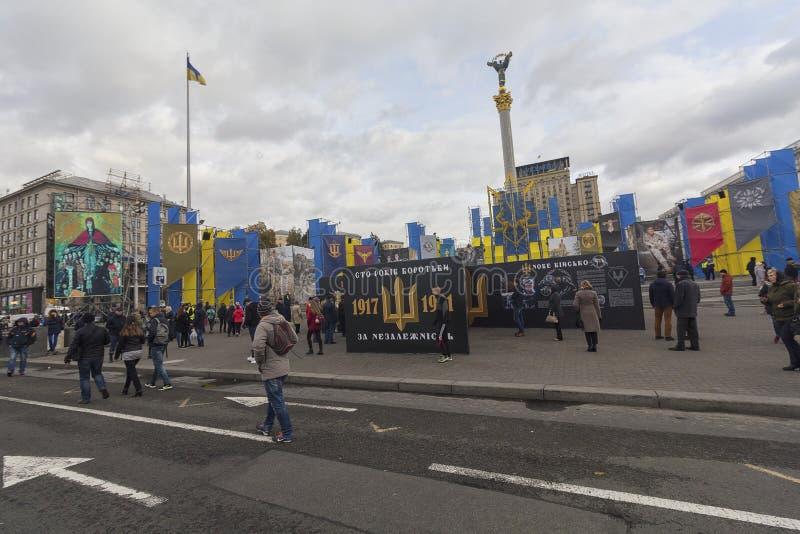 Киев, Украина - 30-ое октября 2017: Граждане гуляют вокруг пейзажа с визуальным взволнованием на квадрате независимости на annive стоковые фотографии rf