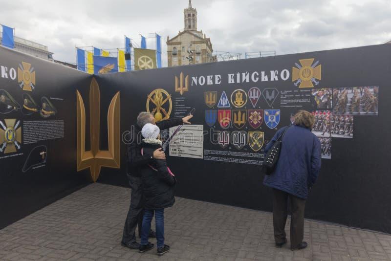 Киев, Украина - 30-ое октября 2017: Граждане рассматривают исторические материалы на квадрате независимости стоковые изображения rf