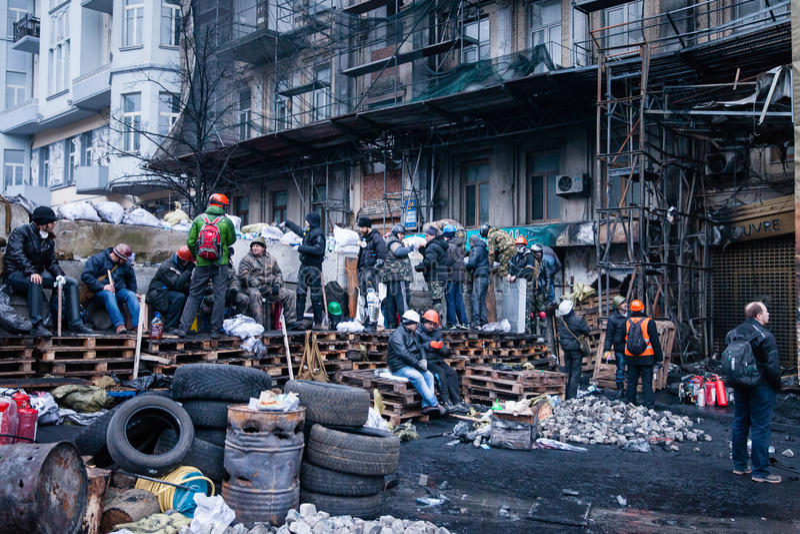 КИЕВ, УКРАИНА - 20-ое февраля 2014: Протестующие Euromaidan усиливают баррикады в продолжающийся бунте Киева стоковая фотография rf
