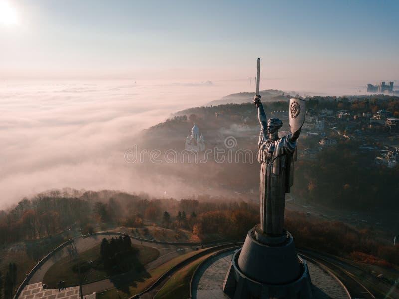 Киев Украина самые популярные туристские места для посещения памятника родины Воздушное фото трутня огромной стальной статуи стоковые фото
