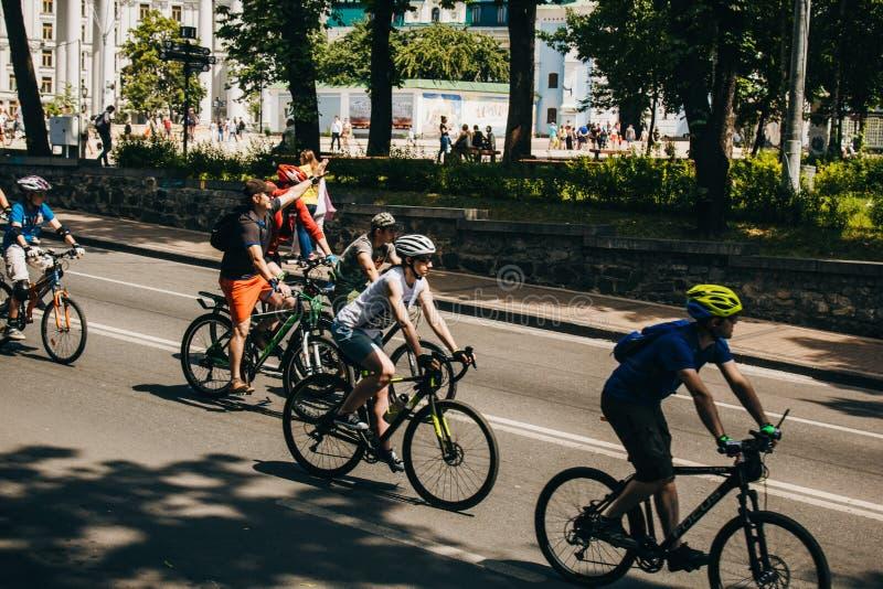 Киев, Украина, 2019 06 01 Фестиваль велосипеда Группа в составе езды велосипедистов через улицы на солнечный летний день стоковое изображение