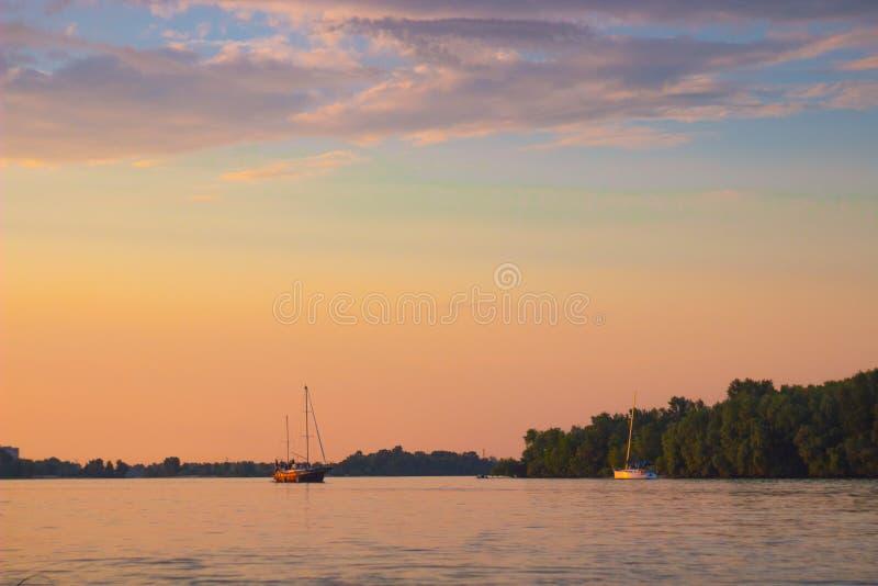 Киев, Украина - 3-ье июня 2018: Ветрило яхт ровно вдоль реки Небо розово стоковые изображения rf