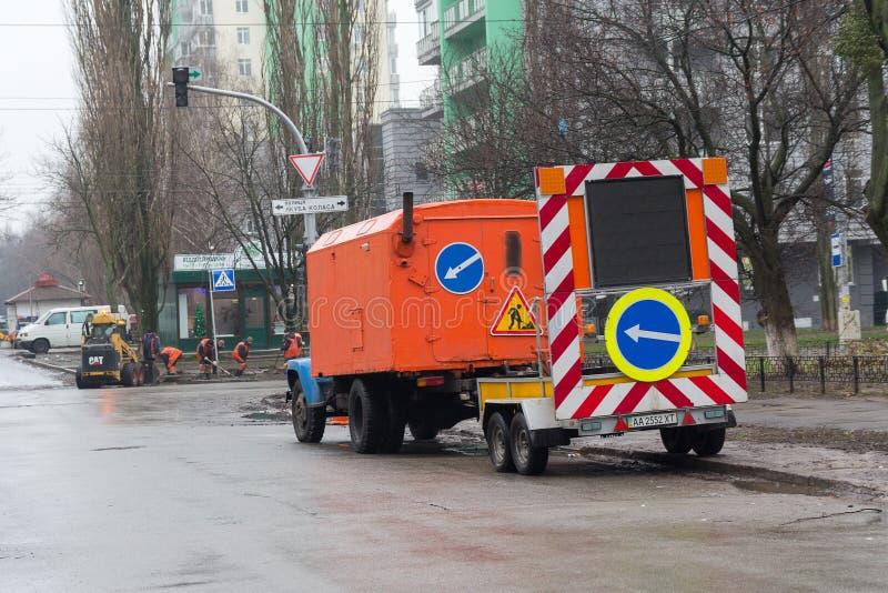 Киев, Украина - 3-ье января 2018: Общинный ремонтировать работников обслуживания стоковая фотография