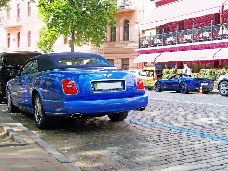 Киев, Украин 28-ое августа 2017 Лазурь и Chevrolet Corvette Bentley комбинировано стоковые изображения rf