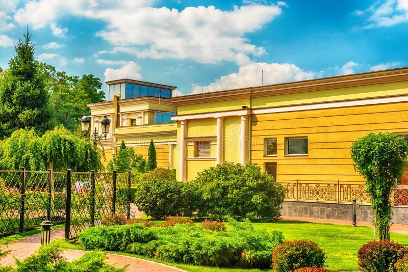 Киев, Kiyv, Украина: резиденция Mezhyhirva бывших про-русских премьер-министра и президента Виктора Yanukovych, теперь музея стоковое фото
