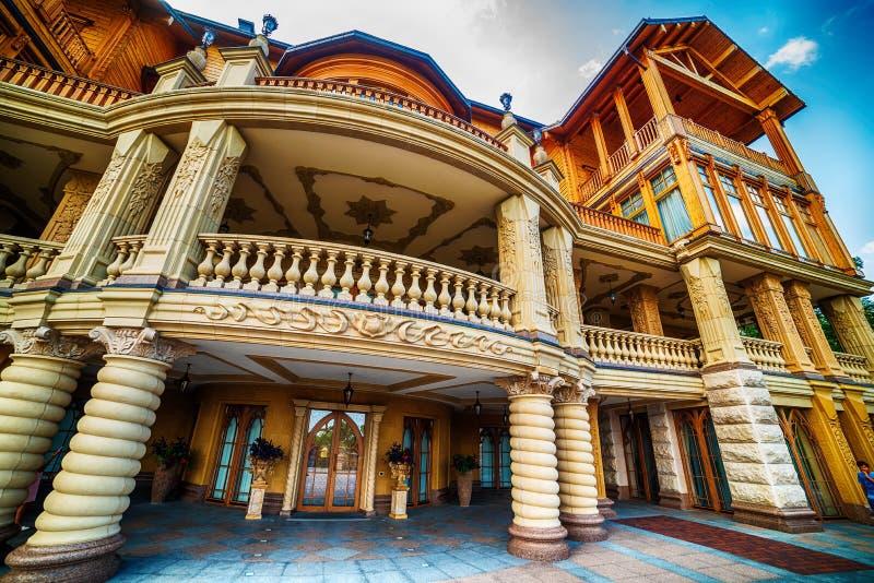 Киев, Kiyv, Украина: резиденция Mezhyhirva бывших про-русских премьер-министра и президента Виктора Yanukovych, теперь музея стоковая фотография