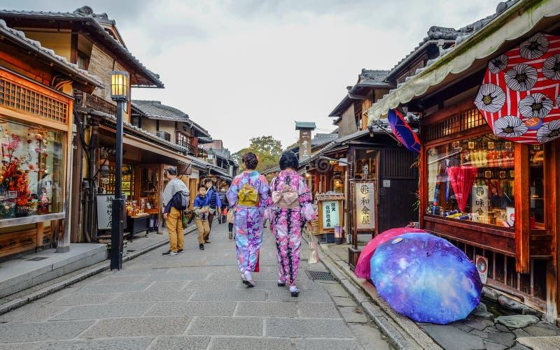 Кимоно женской одежды японское на улице стоковые изображения rf
