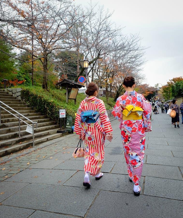 Кимоно женской одежды японское на улице стоковые изображения