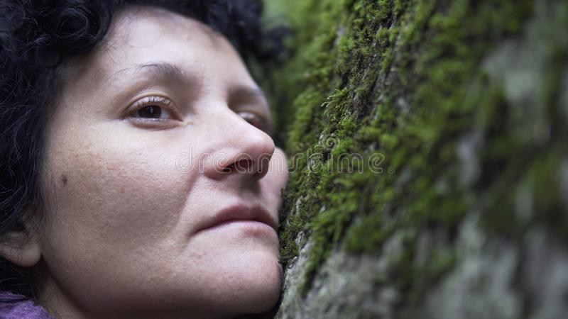 Кинематографический взгляд женщины thoughtfull в депрессии стоковое изображение