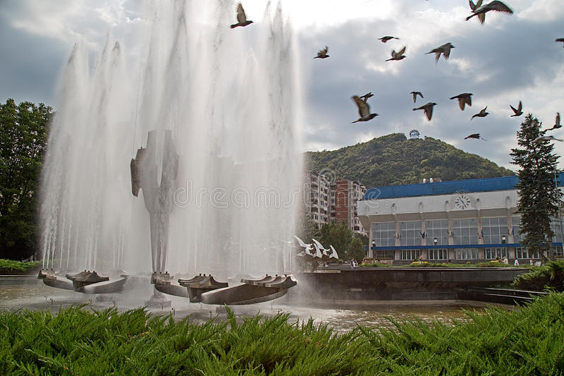 Кинетический фонтан расположенный в центральной площади Resita, Romani стоковое изображение rf