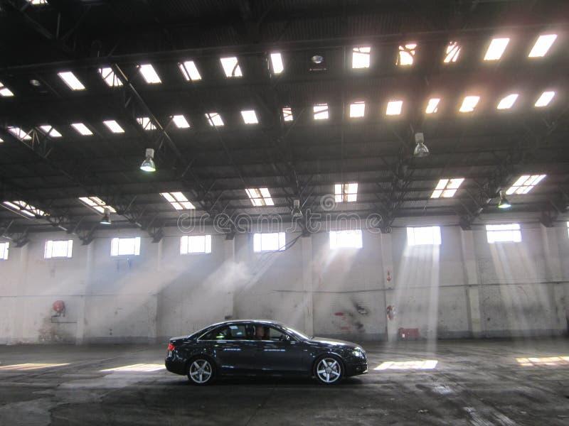 Киносъемка автомобиля видео- в складе, автомобиле в силуэте стоковые фотографии rf