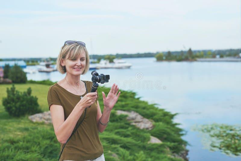 Киносъемка женщины с малой личной камерой стоковые изображения
