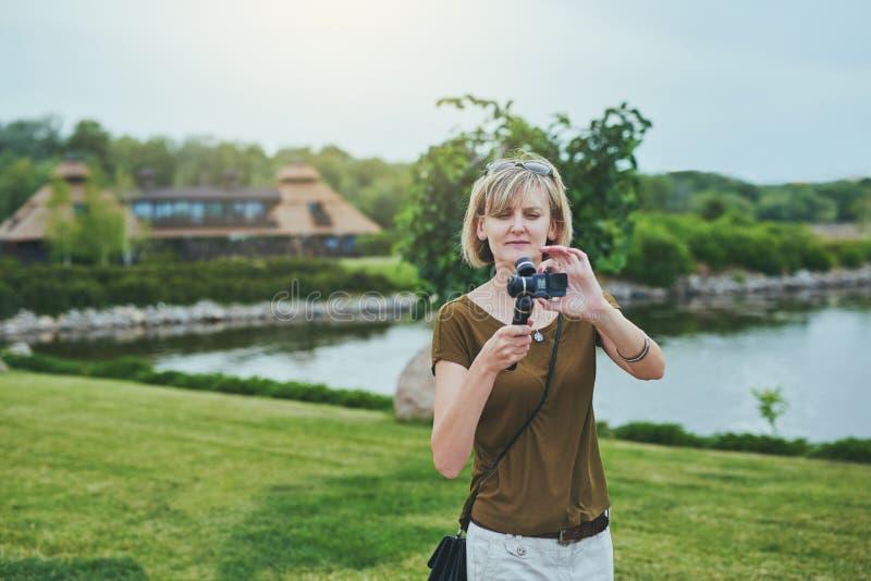 Киносъемка женщины с малой личной камерой стоковые фотографии rf