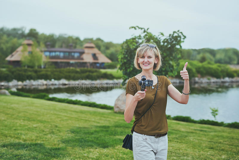 Киносъемка женщины с малой личной камерой стоковые изображения rf
