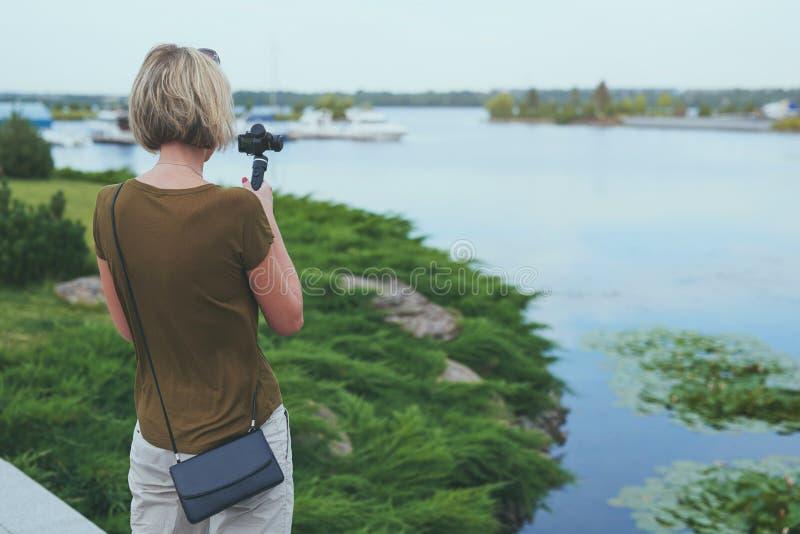 Киносъемка женщины с малой личной камерой стоковое фото