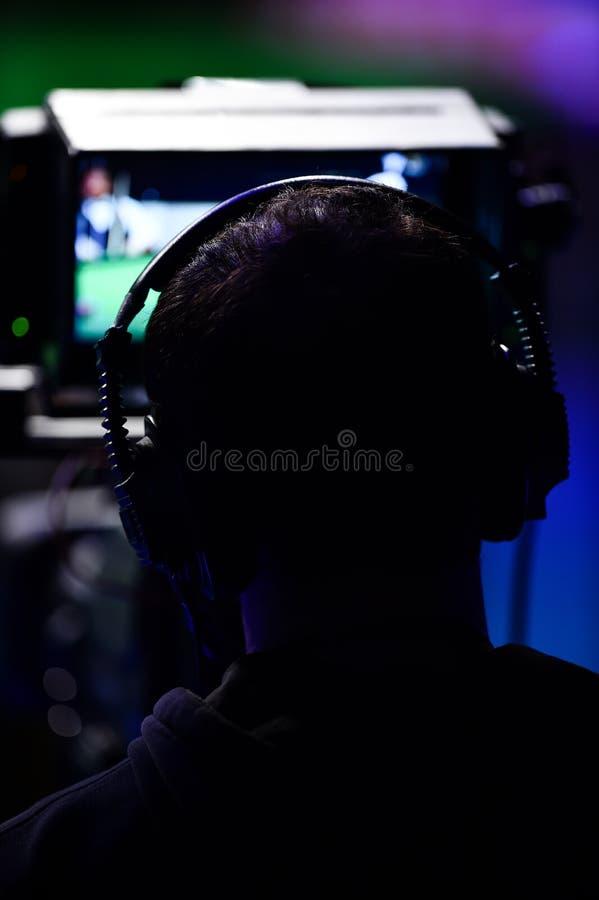 Киносъемка оператора внутри телевидения новостей стоковые изображения rf