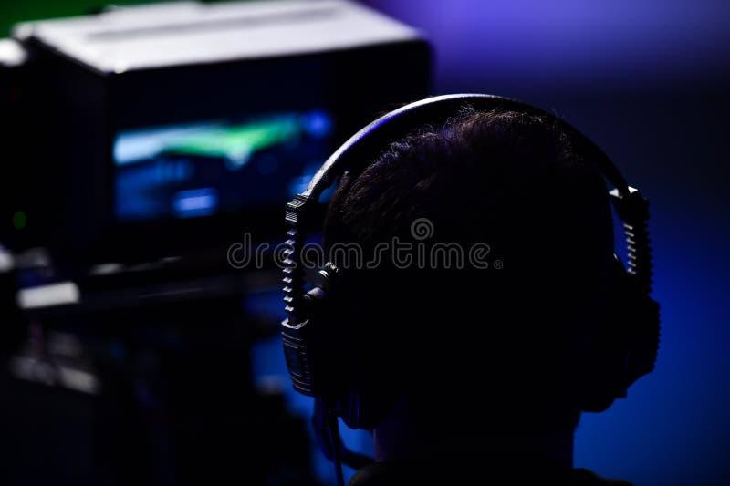 Киносъемка оператора внутри телевидения новостей стоковое фото