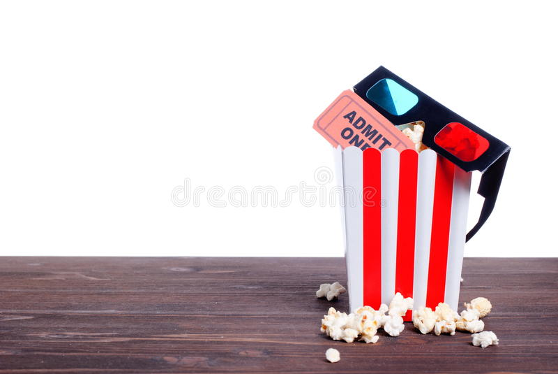Кино попкорна снабжает взгляд со стороны билетами 3 стекел d изоляции стоковые изображения