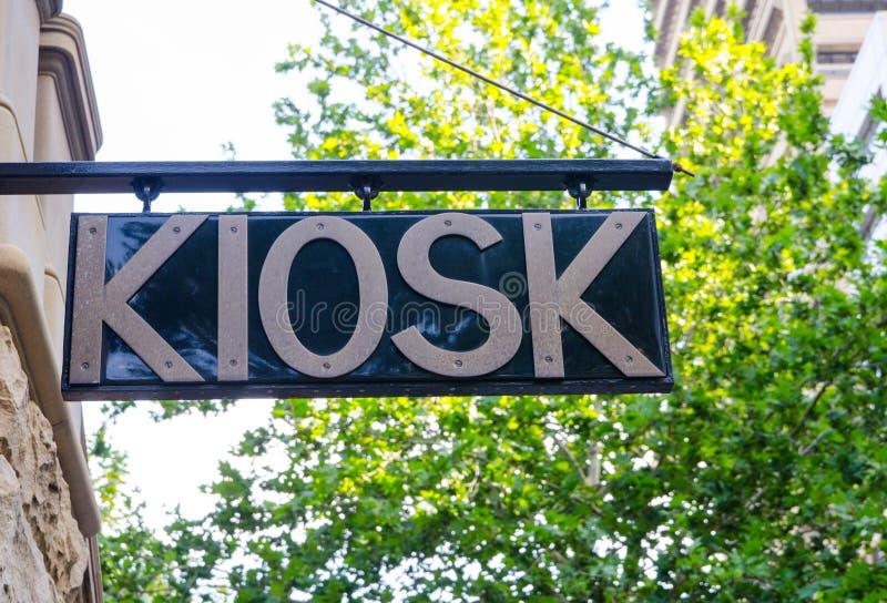 Киоск подписывает внутри черно-белое на городе стоковое фото