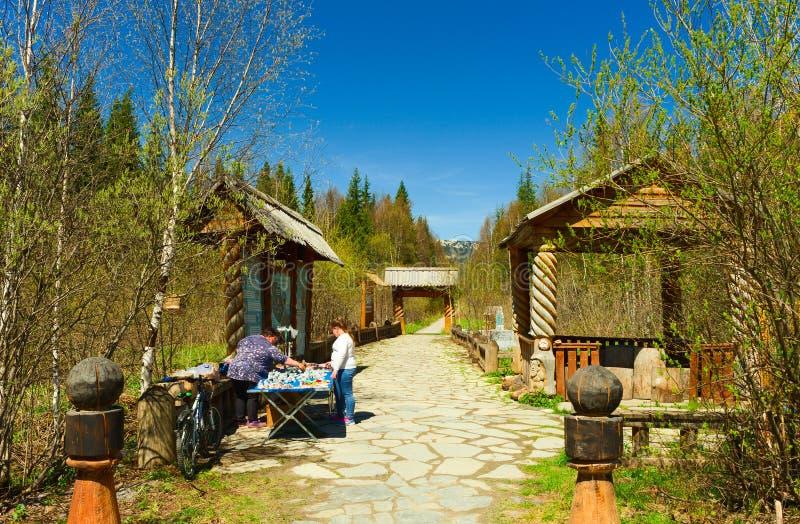 Киоск, продавец и покупатель сувенира в национальном парке Zyuratkul стоковые изображения