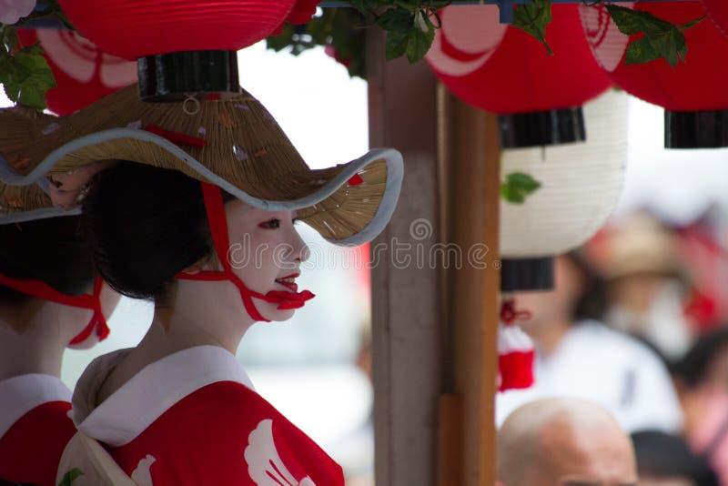 КИОТО - 24-ОЕ ИЮЛЯ: Неопознанная девушка Maiko (или дама Geiko) на параде hanagasa в Gion Matsuri (фестивале) держали 24-ого июля стоковая фотография rf