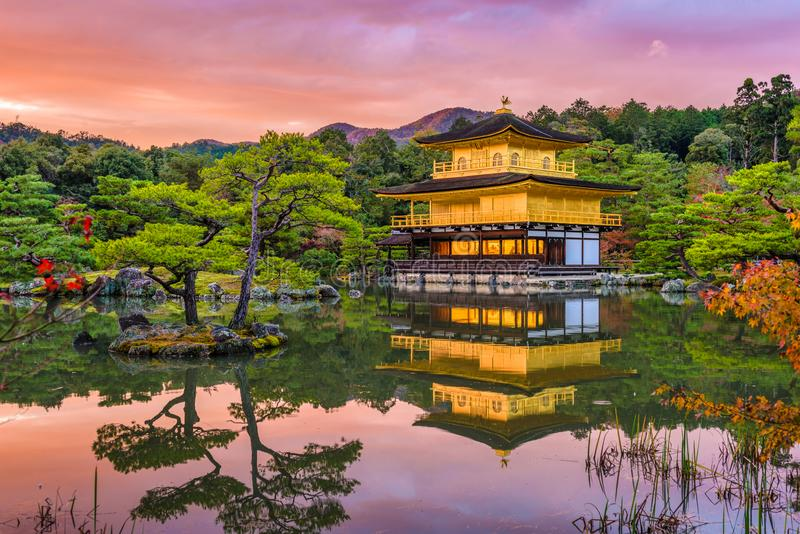 Киото, Япония на Kinkaku-ji стоковые фотографии rf
