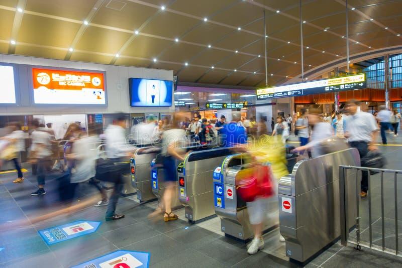 КИОТО, ЯПОНИЯ - 5-ОЕ ИЮЛЯ 2017: Люди спешат на железнодорожном вокзале Keihan в Киото, Японии Компания железнодорожных перевозок  стоковые фото