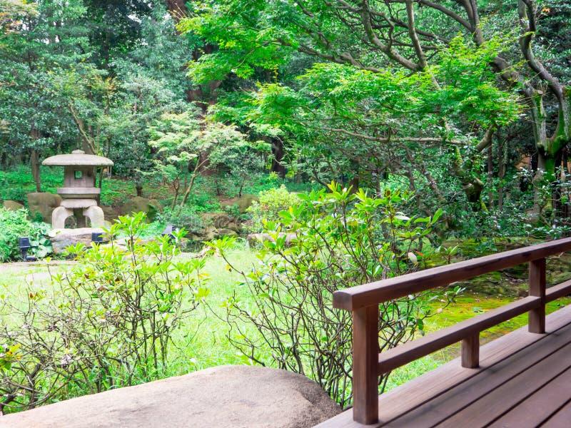КИОТО, ЯПОНИЯ - 5-ОЕ ИЮЛЯ 2017: Облицеванная структура в середине парка в саде виска и Дзэн Tenryu-ji, небесном стоковые фото