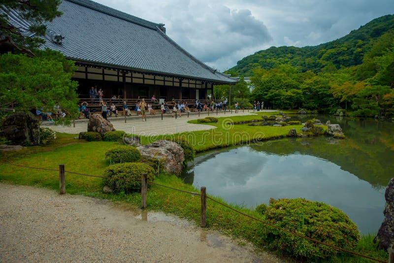 КИОТО, ЯПОНИЯ - 5-ОЕ ИЮЛЯ 2017: Садовничайте с прудом перед главным виском Tenryu-ji павильона на Arashiyama, около Киото стоковое изображение rf
