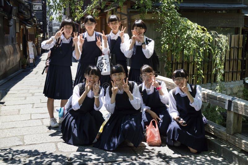 Киото, Япония - 18-ое мая 2017: Группа в составе зрачки в школьной форме стоковая фотография rf
