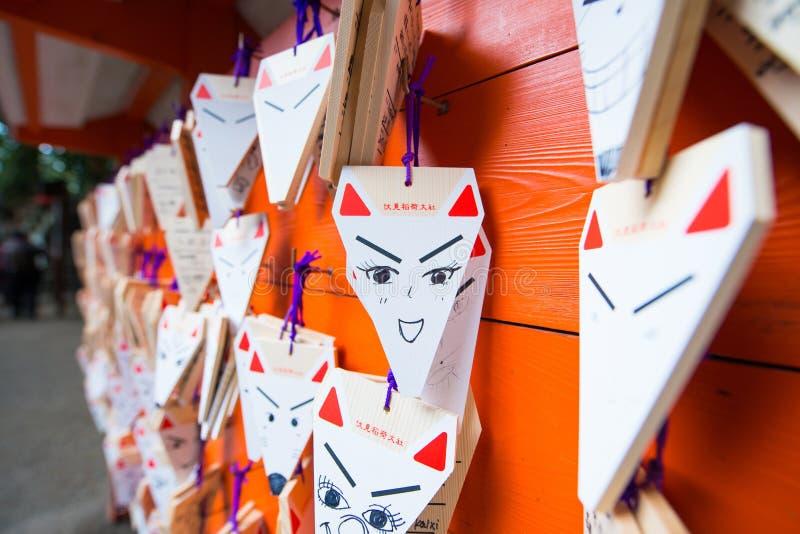 КИОТО, ЯПОНИЯ - 15-ое ноября 2017: Карточки сформированные Fox моля с стоковая фотография
