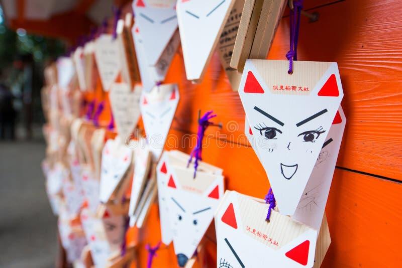 КИОТО, ЯПОНИЯ - 15-ое ноября 2017: Карточки сформированные Fox моля с стоковые фотографии rf