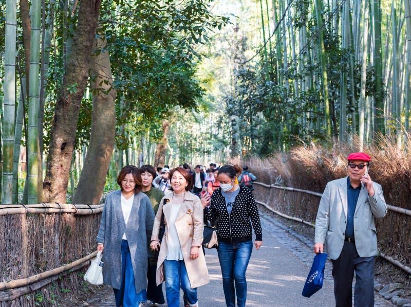 КИОТО, ЯПОНИЯ - 7-ОЕ НОЯБРЯ 2017: Люди на дороге к бамбуковому лесу, Arashiyama стоковая фотография rf