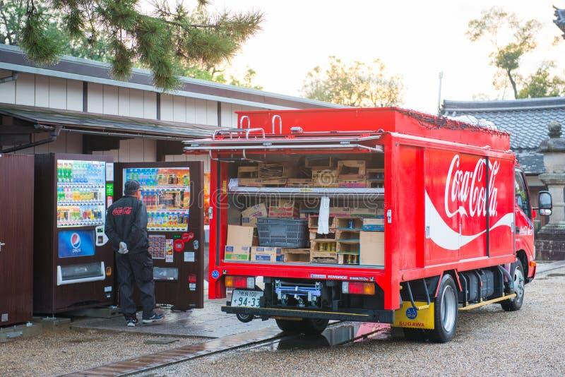 Киото, Япония - 15-ое ноября 2017: Тележка кокса поставляя пить a стоковые изображения rf