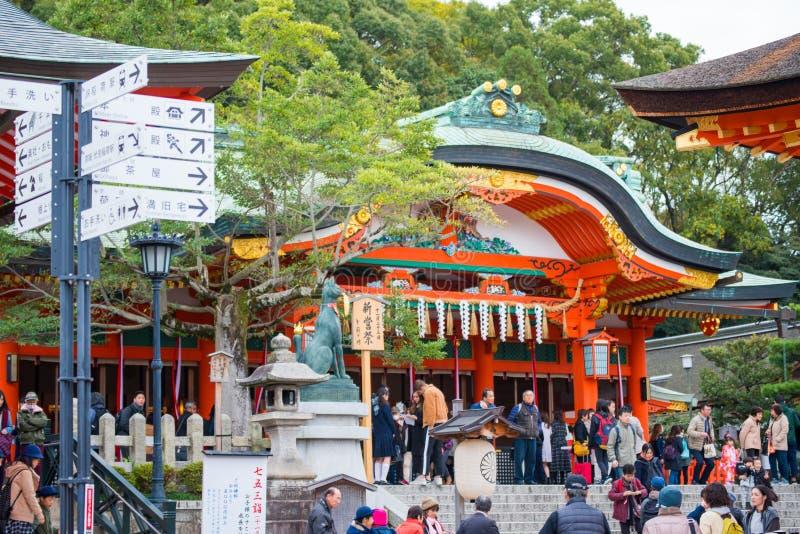 КИОТО, ЯПОНИЯ - 15-ое ноября 2017: Толпа туриста в Fushimi внутри стоковые изображения