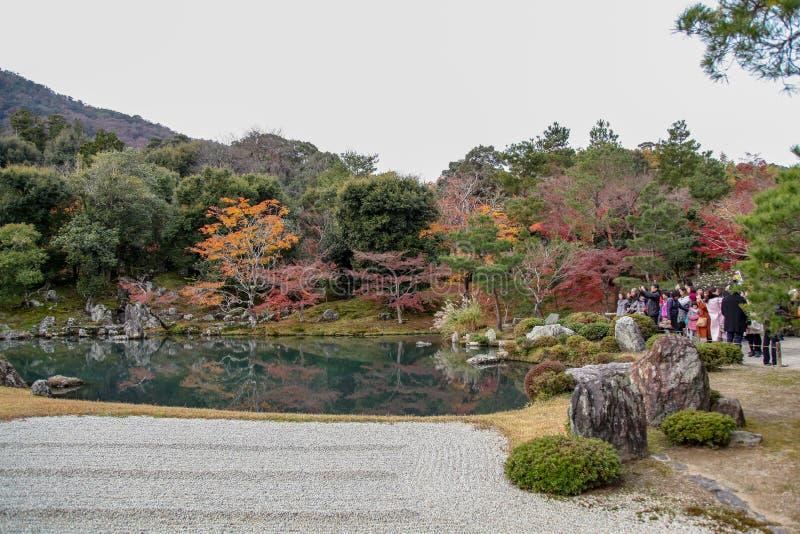 Киото, Япони-ноябрь 26,2017: Люди посещают на саде в виске Tenryu-ji в Киото на Японии стоковое фото rf