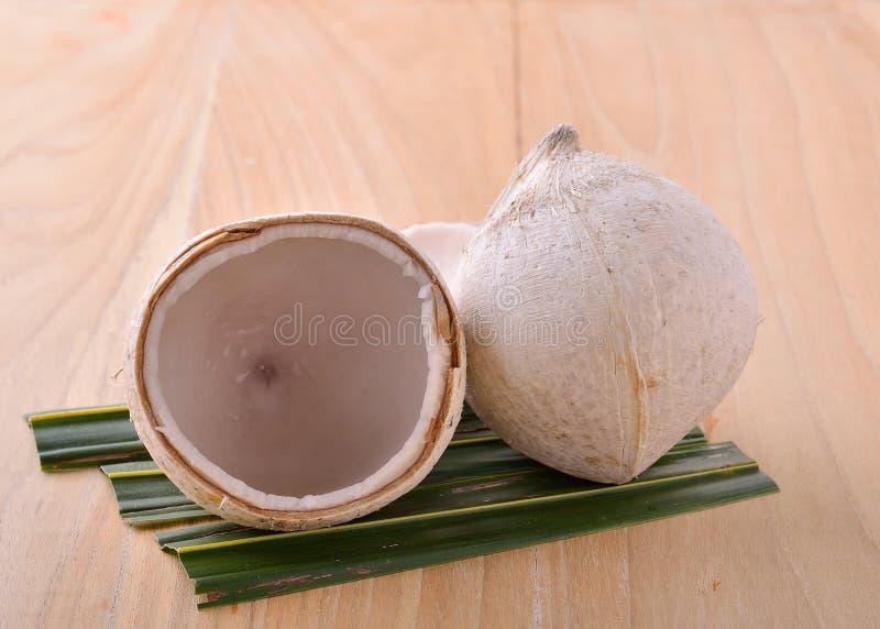 Кипеть кокос на белой предпосылке стоковые изображения