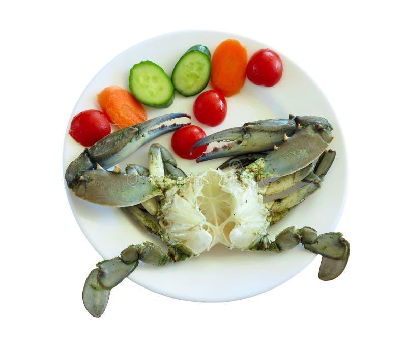 Кипеть краб на белой плите с овощами и томатами, изолированными на белизне стоковая фотография rf