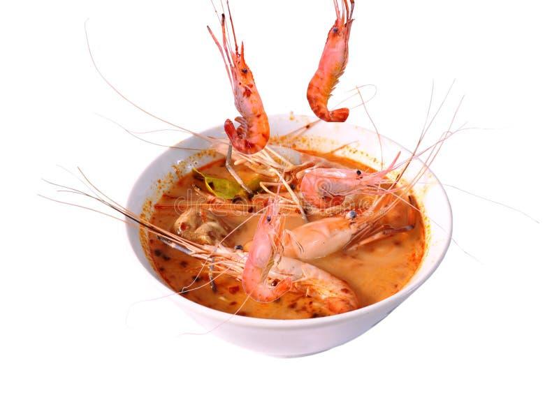 Кипеть креветка падая в тайское пряное kung супа или Tom yum на шаре стоковая фотография rf