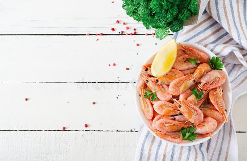 Кипеть креветки или креветки на белом шаре на белой таблице стоковое фото