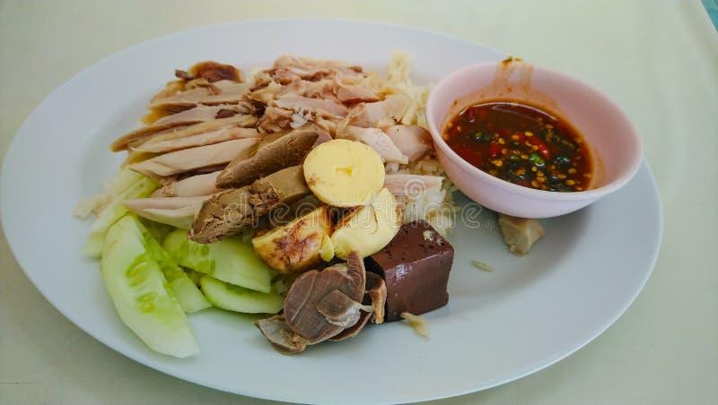 Кипеть курица с рисом на деревянном столе стоковая фотография