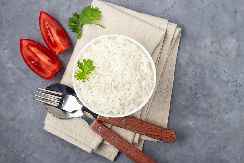 Кипеть рис и столовый прибор в шаре стоковое изображение