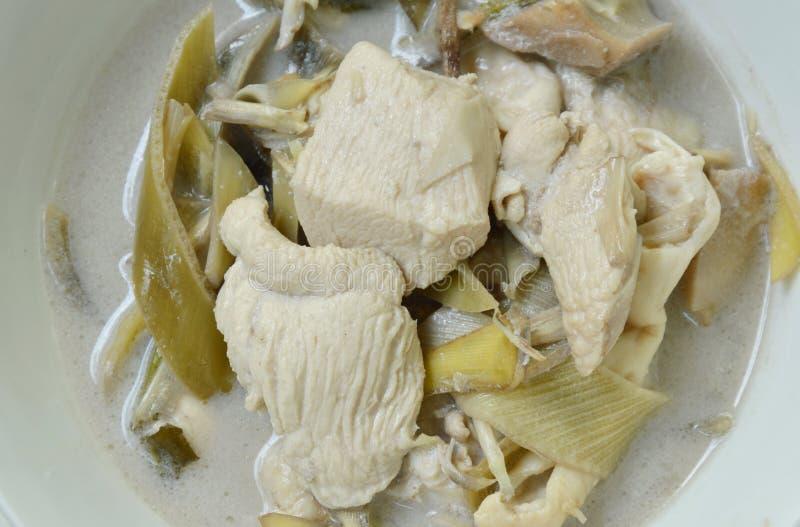 Кипеть цыпленок с цветением банана куска в супе молока кокоса на шаре стоковые фото