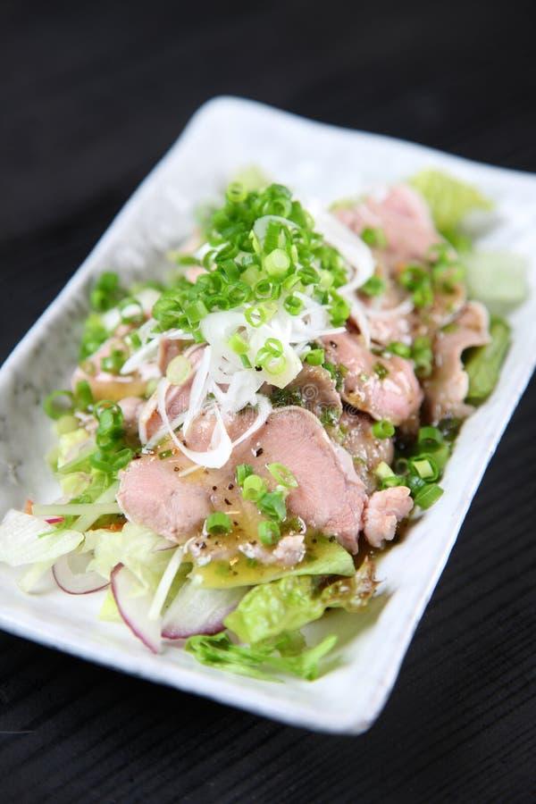 Кипеть язык свинины на обеденном столе стоковые фотографии rf