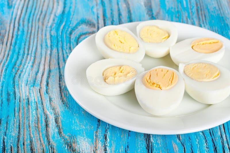 Кипеть яичка курицы в белой плите стоковые изображения rf