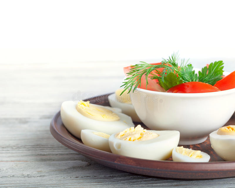 Кипеть яичка курицы в блюде глины стоковая фотография