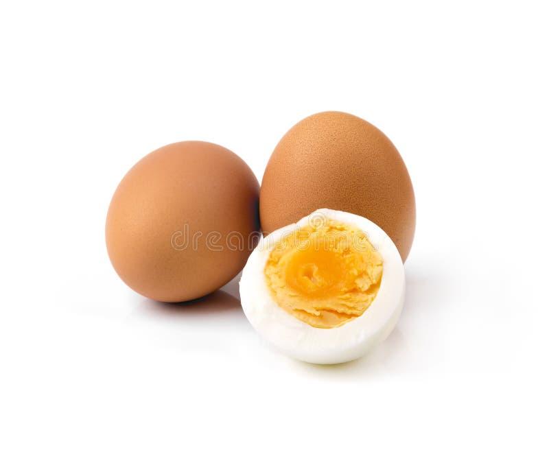 Кипеть яичка курицы изолированные на белизне стоковые фото